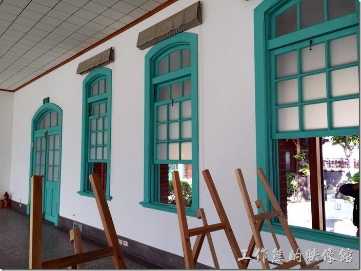 有機會其實可以走進【臺南出張所】的屋內,工作熊其實這次雖然沒有看到展覽,但屋內的環境不錯,白色的牆面搭配綠色的窗框及毛玻璃,與台南鄉下(後壁區)許多地方的色彩風格相近。