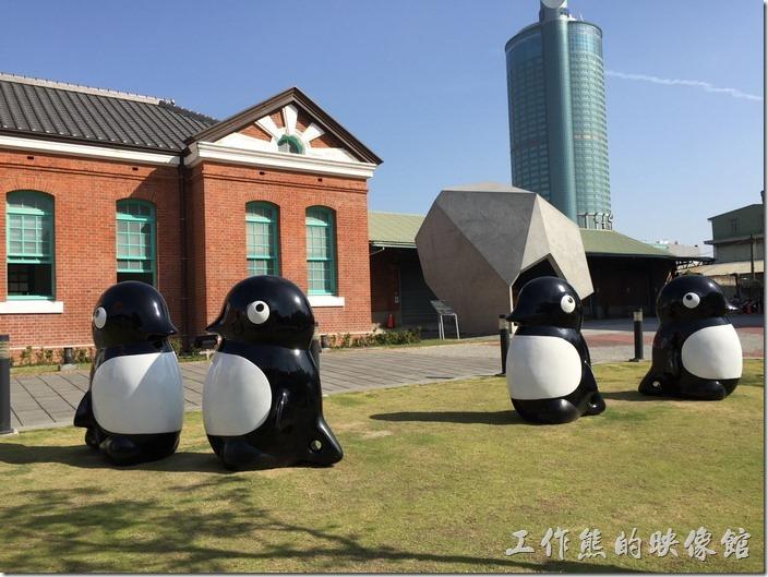 這紅磚黑瓦的【台南出張所】古蹟前有好幾隻企鵝裝置藝術,還滿逗趣的。