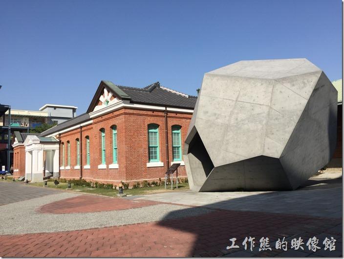 從台南火車站的方向信步過來會先看到這棟紅磚黑瓦綠窗的【台南出張所】古蹟建築。其旁邊有個採用清水模工法做成的多菱形水泥裝置藝術,可以讓年輕朋友在裡面攀爬。