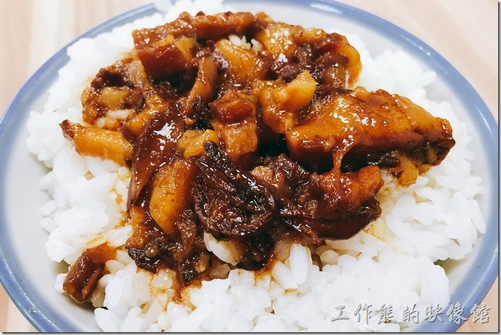台北南港-豬腳將軍。這裡的滷肉飯非常好吃,使用三層豬肉做成的肉燥,淋在白飯上可以吃好幾碗。