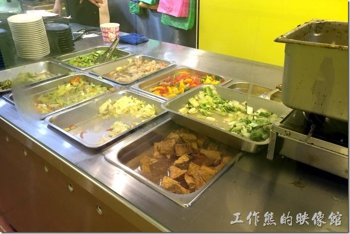 台北南港-豬腳將軍。其實店家一次大概會準備個10樣菜色,有點類似自助餐,可以自己指定菜色,也可以請店家幫忙選擇,當然大部分以當令的時蔬為主。
