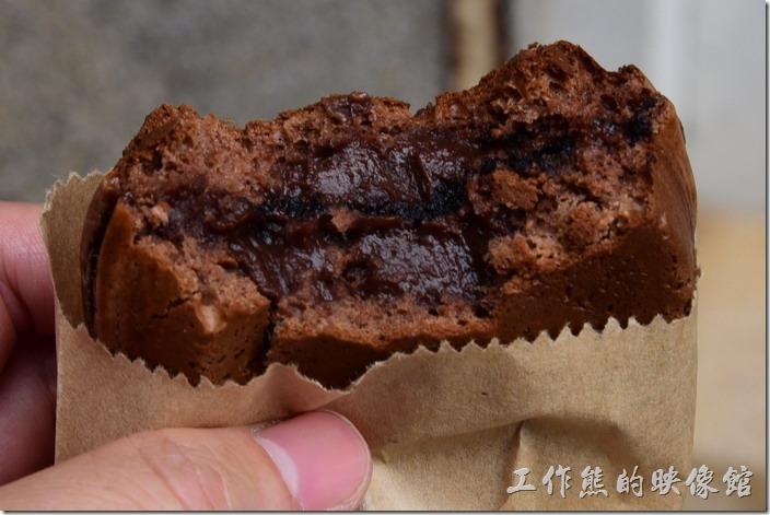 台南-宇田家菓子燒。再往下咬就可以吃到布朗尼的內餡,稍微有點巧克力的味道,不是很甜,老實說個人吃起來並沒有什麼驚豔的感覺,就是有加內餡的蛋糕,但不難吃就是了。