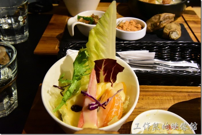 台南-日光徐徐。這裡的生菜水果沙拉真的很不錯吃,新鮮脆甜,使用優格醬。
