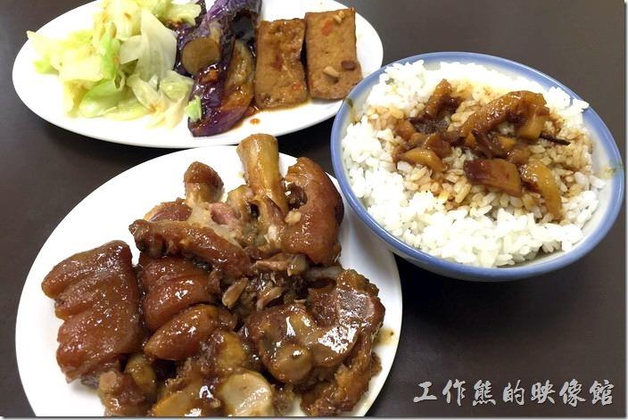 台北南港-豬腳將軍。這個就是中段NT100便當套餐,中斷豬腳的皮及筋比較多,膠質比較多,但相對的也比較多油,腿肉或中段各有喜好者,但工作熊個人比較喜歡腿肉,便宜少油。