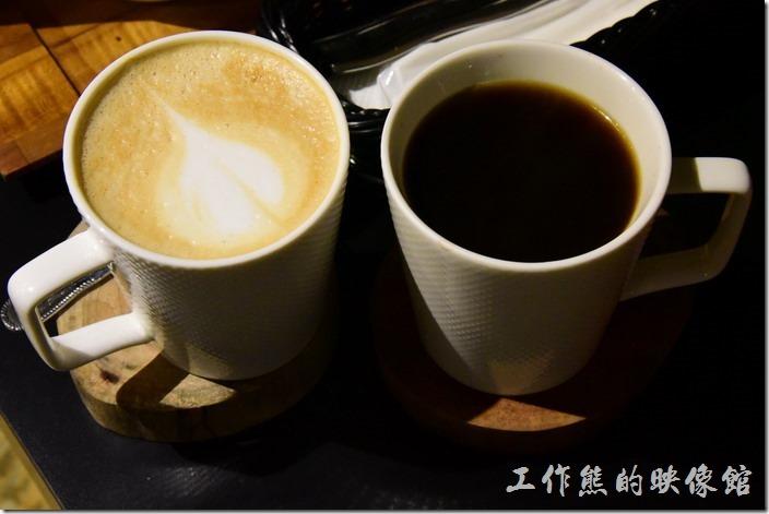台南-日光徐徐。左手邊是拿鐵雨又手邊的黑咖啡。拿鐵要加價NT35元,而黑咖啡NT20元。咖啡真的不是這裡的強項,黑咖啡及拿鐵都沒有喝完。