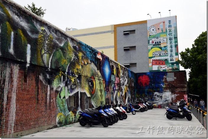 如果從台南中山公園往火車站的方向過來,迎面而來的是一棟三層樓高的創意生活館。