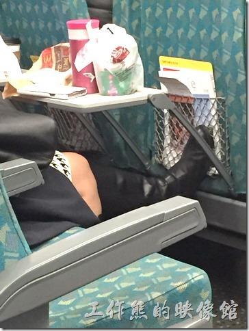 這位乘客舒服的把雙腳直接跨在高鐵前方的椅背上,工作熊要是前座的旅客一定很不舒服,通常工作熊會選擇把椅背往下躺然後再回復,如此反幾次,對方就會知道我有多不舒服了。)