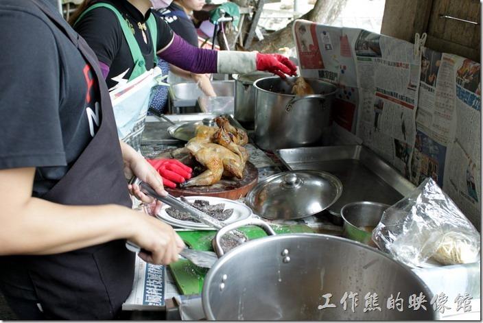 高雄田寮-礦區陳甚土雞城。廚房外面正在料理「桶子雞」,一隻NT700,建議「桶子雞」要先打電話預定,否則來晚了可能會吃不到。
