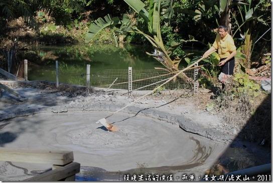 燕巢養女湖,在新養女湖的商家正在表演點火