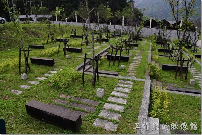 小林紀念公園內總共181株的原生種山櫻花,象徵被土石掩埋的181個家庭,每顆樹下的石座刻有號碼,代表小林村原本忠義路門牌號碼。