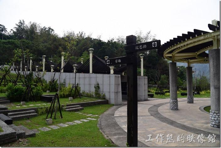 高雄小林紀念公園。「苦路」兩側的追思牆上刻記著462為罹難的村民姓名。往神思橋方向可以看到紀念碑。