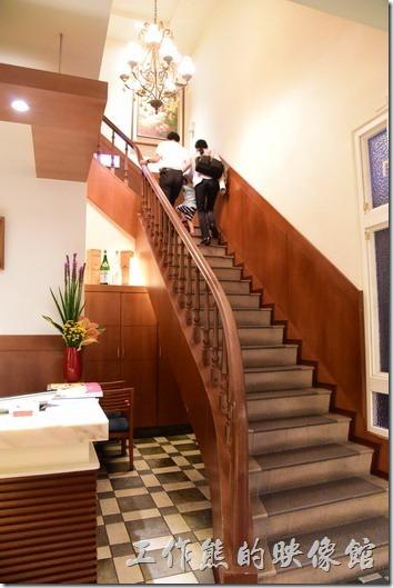 一進「台南轉角餐廳」就看到這座樓梯是通往二樓的包廂會議室的。
