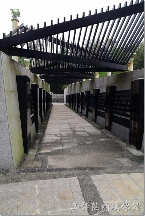 「苦路」兩側的追思牆上刻記著462為罹難的村民姓名