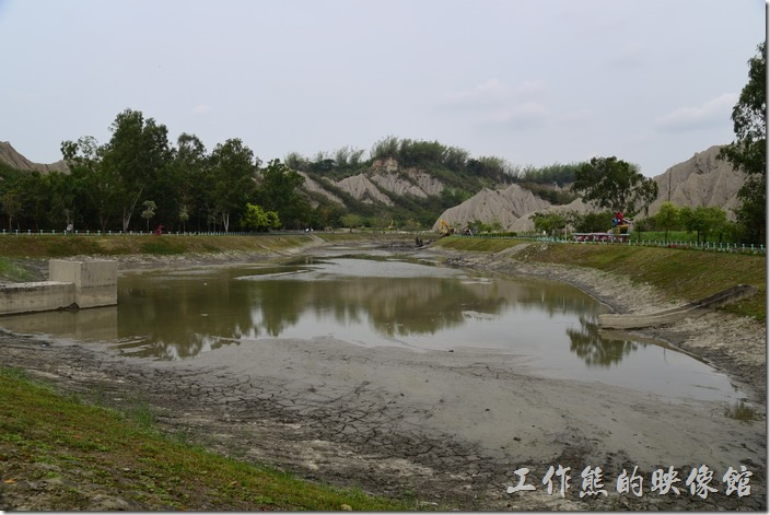 高雄田寮月世界地景公園。這個是玉池,在月世界地景公園內有兩個湖泊,比較大的一個叫「玉池」,也是從停車場過來就可以看到的第一個湖泊,因為不是雨季,所以整個湖泊幾乎都快乾涸了,而且淤積相當嚴重,還有怪手在請淤泥。