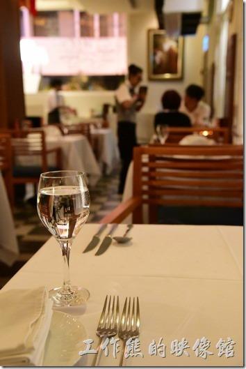 台南-轉角餐廳龍蝦餐廳。餐桌上已經事先百好了餐具,這些都是前菜與鉛湯的餐具,基本上西式排餐的餐具從外邊開始拿取,用過得餐具就直接放到盤子上就可以了。主菜的餐聚會在是每個人的餐點另外準備。