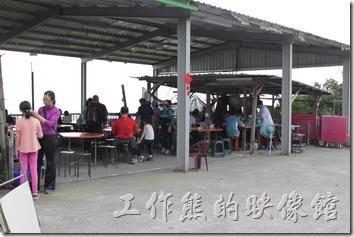 高雄田寮陳甚礦區土雞城的用餐環境,開放是的空間,只能說冬天會很冷,而夏天會有很多蚊蟲。