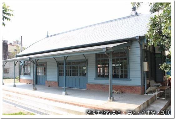 旗山火車站。這是車站的後方,有一隻土狗在那裡乘涼,看到我過去時還凶狠狠的瞪著我。