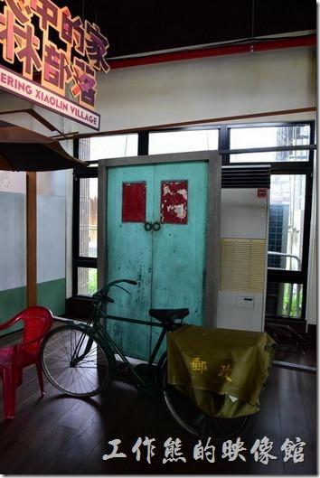 高雄小林平埔族群文物館。家常的郵務腳踏車、傳統的門扉,平常的飯菜。這些其實與我們一般人的家庭無異。