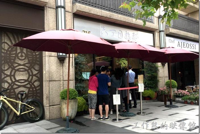台北-六丁目拉麵的外觀,工作熊吃完麵後已經下午一點多了,還是有客人在排隊。