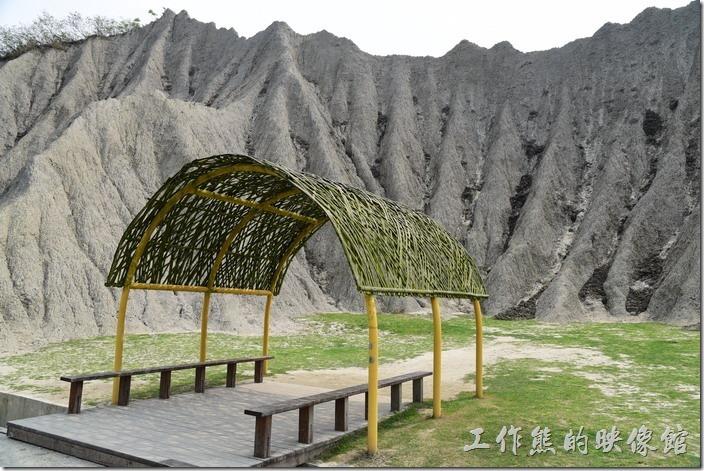 現在「月世界地景公園」內每個一小段路就會有這種竹子編成的涼亭給遊客們休息,還蠻貼心的,否則夏天來這裡簡直熱得要人命。