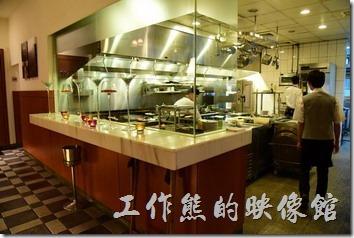 台南-轉角餐廳龍蝦餐廳。廚房就在屏風的旁邊。