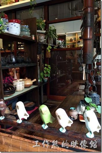 六丁目拉麵的內部景象,整體佈置還算精巧,廚房上有許多有趣但點不到的菜單,另外入口處的地方把舊餐廳的泡茶的茶具與天花板垂吊下來的茶壺搬了過來。
