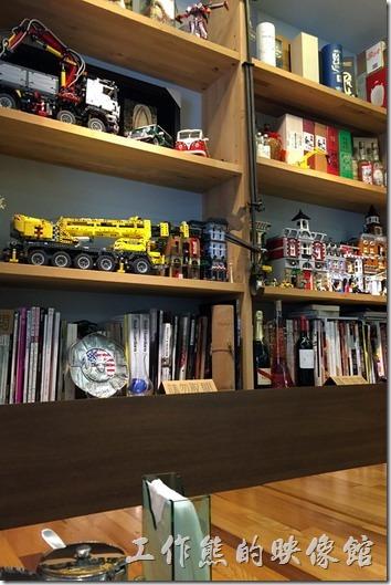 六丁目的櫃子上擺放了許多的模型,看來老闆還蠻喜歡組模型的。