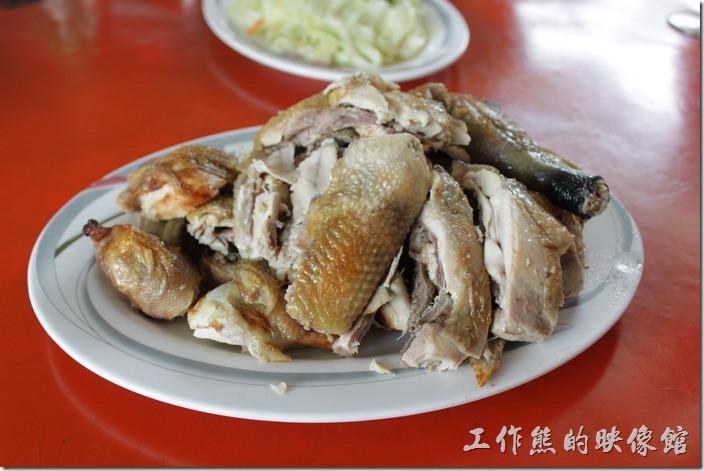 高雄田寮-礦區陳甚土雞城。這就是限量的「桶子雞」,別看這樣小小一盤,這裡可是有一隻雞的份量,一隻雞NT700,不吃你會後悔,肉質Q彈,不是肉雞可以比的。