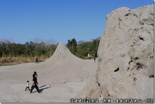 燕巢養女湖。兩座如火山口造型的泥火山丘,較遠那一座還有泥將在噴出。
