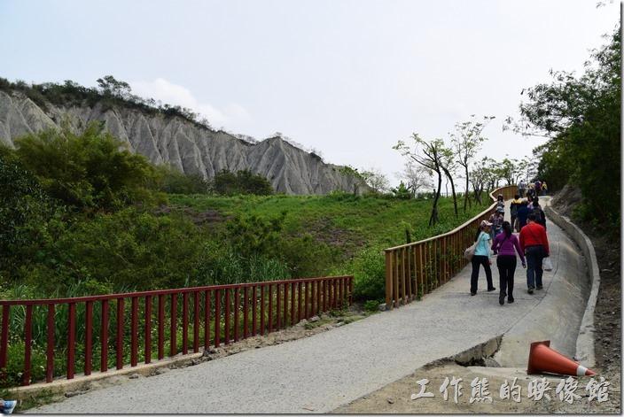 高雄田寮月世界地景公園。上了這個坡道就可以看到天梯了。