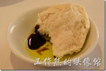 台南-轉角餐廳龍蝦餐廳。這裡的麵包會配橄欖油醋與醬油,該開始的時候可能吃不是很習慣,但多吃幾次後就習慣了。小心麵包很燙手。