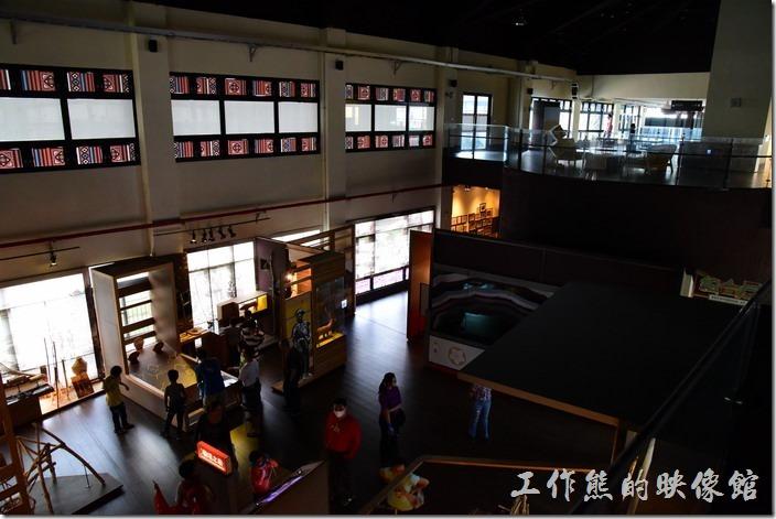 小林文物館的二樓為圖書室,不過參觀當天二樓沒有開燈,有點陰暗,這是從二樓往一樓下拍的照片。