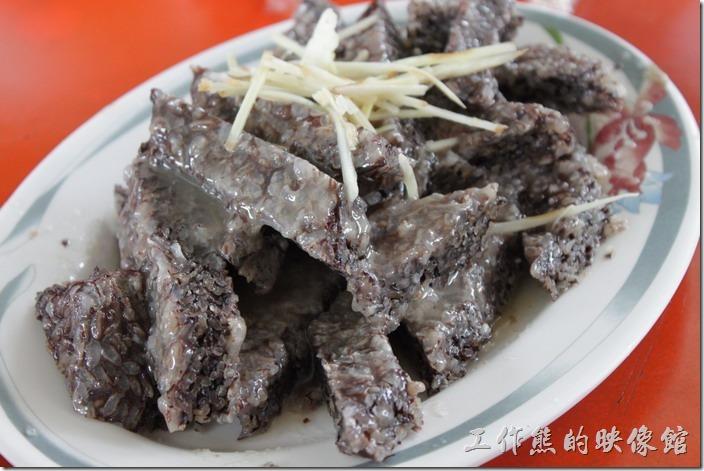 高雄田寮-礦區陳甚土雞城。米血,NTD100 。個人覺得這道冷盤的口感不錯,外面絕對吃不到這麼好吃的米血,不過要點得趁早,因為每天限量,賣完就沒有了。