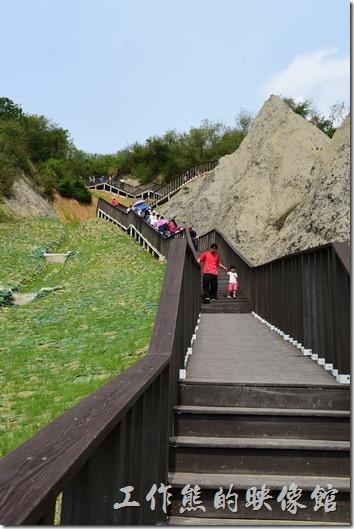 高雄田寮月世界地景公園。這裡就是「月世界地景公園」的天梯了,看起來有點壯觀,總共有156個階梯,應該夠你爬的了,順著天梯緩步向上其實還蠻有感覺,而且上了天梯後還可以鳥瞰附近的風景。