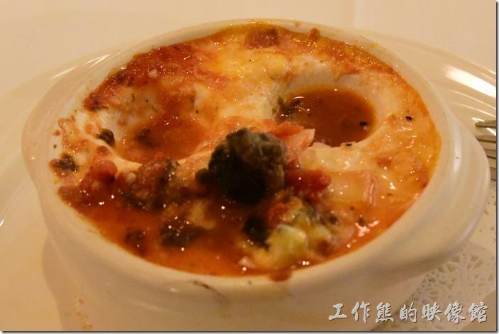 台南-轉角餐廳龍蝦餐廳。前菜,焗烤蕃茄蔬菜田螺。其實大部份都是盛裝田螺的瓷器,每個凹洞內只放了兩顆田螺,總共有三個凹洞。