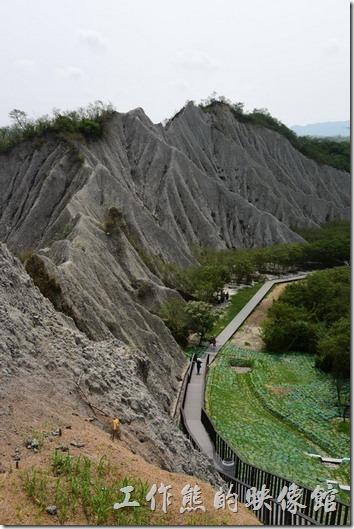 高雄田寮月世界地景公園。從天梯上端往下看著來時路,為哪些還在努力往上排的遊客加油!