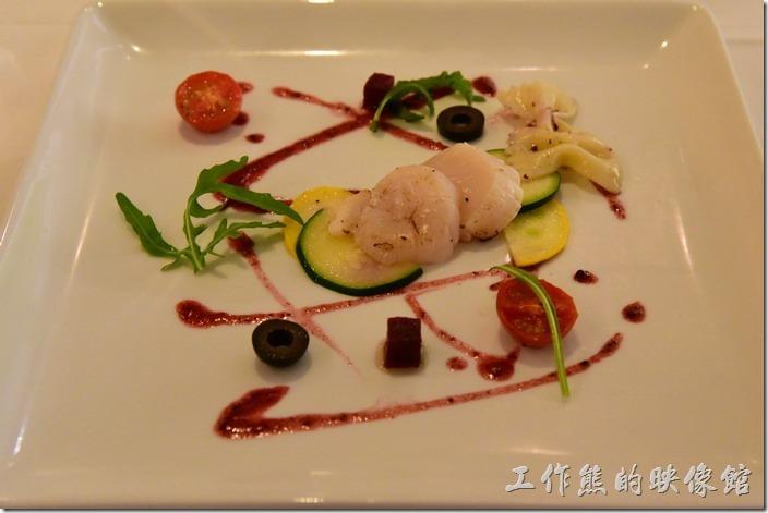 台南-轉角餐廳龍蝦餐廳。前菜,北海道干貝。這干貝是冷盤,擺盤很漂亮,吃起口感鮮甜,但似乎沒有田螺那麼令人驚豔。