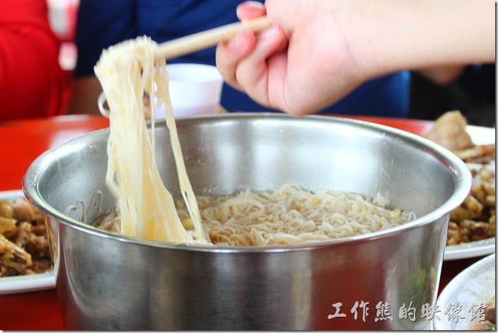 高雄田寮-礦區陳甚土雞城。這麵線不是這種重口味型的,但是越吃會越香。