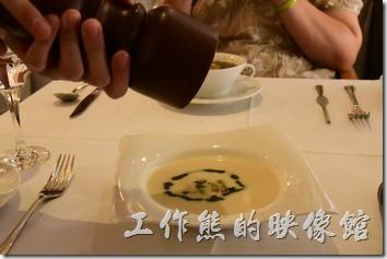 台南-轉角餐廳龍蝦餐廳。這奶油韭菜算洋芋湯喝起來似乎味道不太夠,所以請服務生拿了胡椒罐幫忙加胡椒,自己完全不需要動手。
