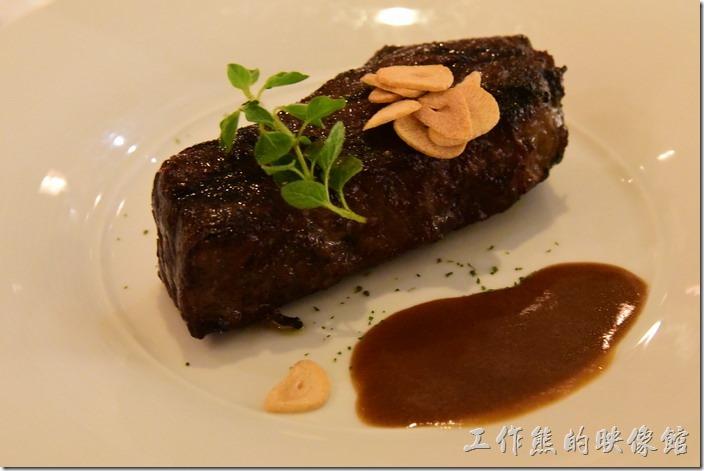 台南-轉角餐廳龍蝦餐廳。主餐,碳烤無骨牛小排(8oz),上菜後服務生會幫忙將醬汁放在一旁。