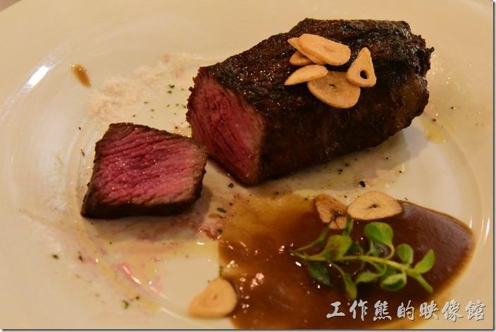 台南-轉角餐廳龍蝦餐廳。別看這牛肉外表烤得黑黑的,這碳烤無骨牛小排一刀切下後可以看到牛肉非常的鮮嫩,應該是五成熟,而且切到越後面血水越多,吃起來也非常的鮮甜,尤其是沾著玫瑰鹽。