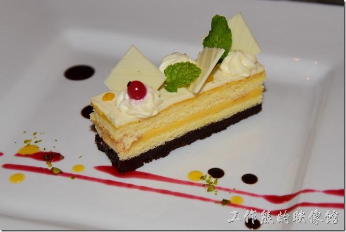 台南-轉角餐廳龍蝦餐廳。甜點,柚見。一口吃下可以吃到淡淡的柚子味,這是轉角餐廳五月份推出的母親節蛋糕,有柚子香、微酸微甜的,工作熊推薦這個甜點。