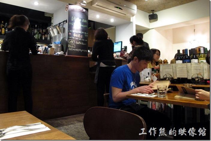這間「黑米Cafe Bistro」義大利餐廳只有一樓的空間,室內裝潢走簡約風,進到餐廳內感覺蠻溫馨舒服的~但店內空間有點小,而且稍微擁擠,客人坐滿後談話聲此起彼落,不算太安靜,有點熱鬧啊!