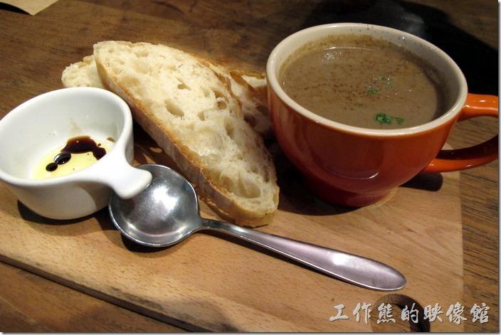 因為這間「黑米Cafe Bistro」義大利餐廳有提供加值套餐,有手工拖鞋麵包/季節沙拉/主廚湯等三種餐點可以選擇,所以我們全都選擇加價NT130,有一杯飲料與兩種餐點。