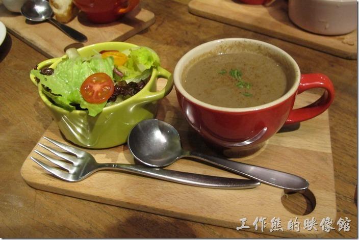 台北-黑米CAFE-BISTRO。這個也是加價NT130的套餐,但是選擇了沙拉及濃湯。沙拉有點小巧,搭配聖女蕃茄,生菜新鮮好吃。