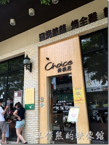 台南喬義思的大門,從門外就可以感覺到其挑高的天花板了。
