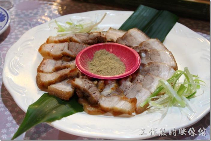 高雄那瑪夏木之屋餐廳。山豬肉–烤過的山豬肉片,沾一點胡椒鹽就很好吃,特別是這個山豬皮特別Q彈美味。