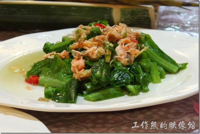 高雄那瑪夏木之屋餐廳。鮭魚炒山蘇,真是特別的一個組合,山裡頭的山蘇果然鮮甜清脆,配上鮭魚肉末,有不同風味與口感~