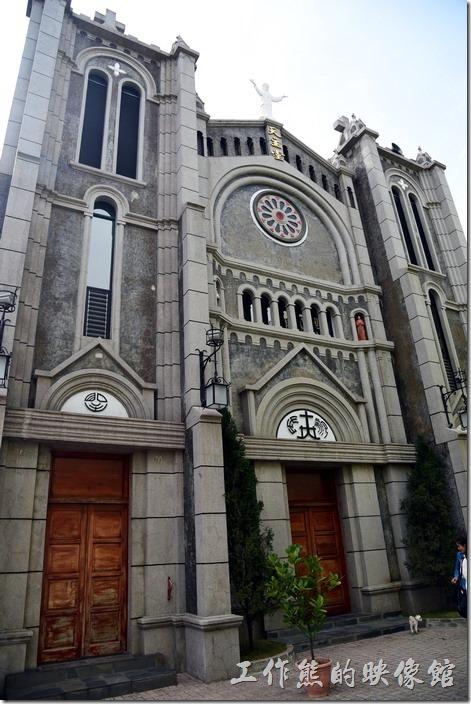 來到旗山絕對不能錯過這雄偉的歷史建築 「聖若瑟堂」天主教堂,全哥德式的建築風格在台灣並不多見,是天主教道明會戴剛德神父購地興建的,至今大概有50多年的歷史了吧,地址在高雄市旗山區德義街6號。