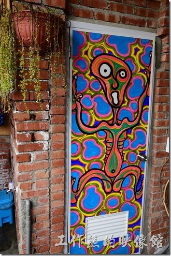 這個夠酷吧!左圖是男生廁所的藝術品,使用展示的模特兒模型再上面塗鴉,右圖則是女生廁所的門扉,是不是很有些目眩。